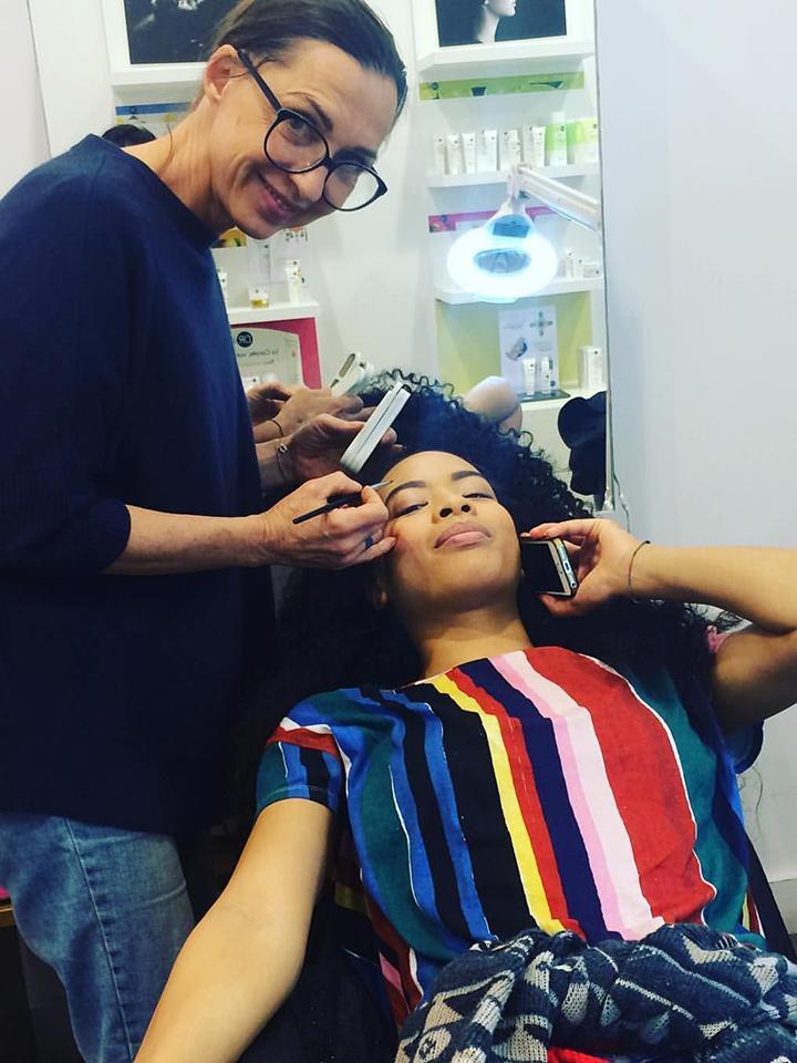Apprendre à maquiller avec une professionnelle de la mode